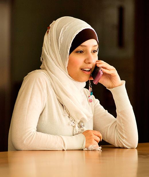 junges Mädchen mit Telefon