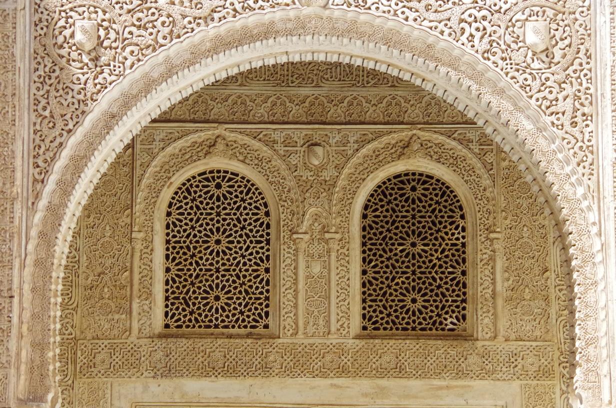 Tür mit islamischen Relief-Verzierungen